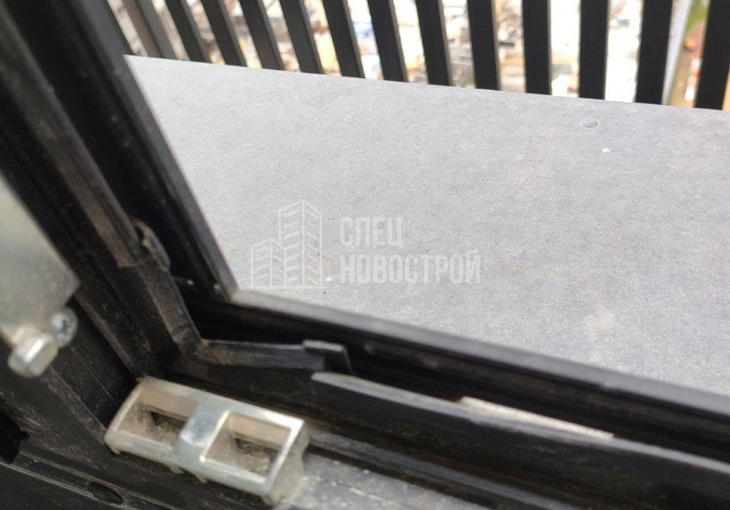 уплотнители не заправлены в паз в притворах створок балкона