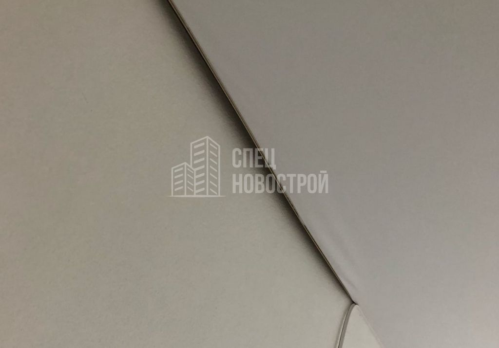частично не смонтировано полотно натяжного потолка в коридоре