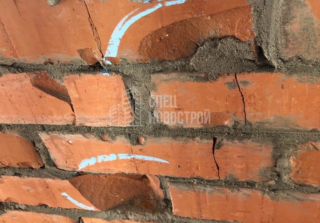 повреждения и трещины в кирпичной кладке стены лоджии