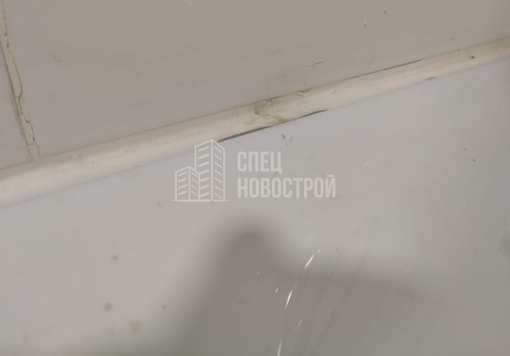 пропуски герметика на примыкании ванны к настенной плитке
