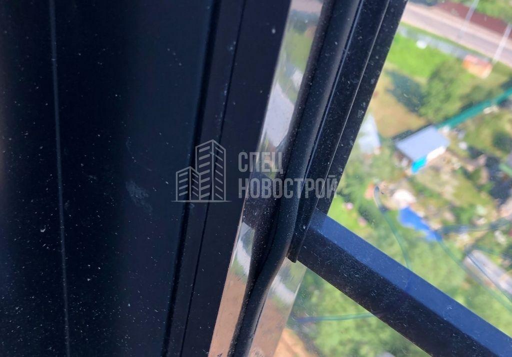 уплотнитель стеклопакета витража остекления лоджии частично не заправлен в паз