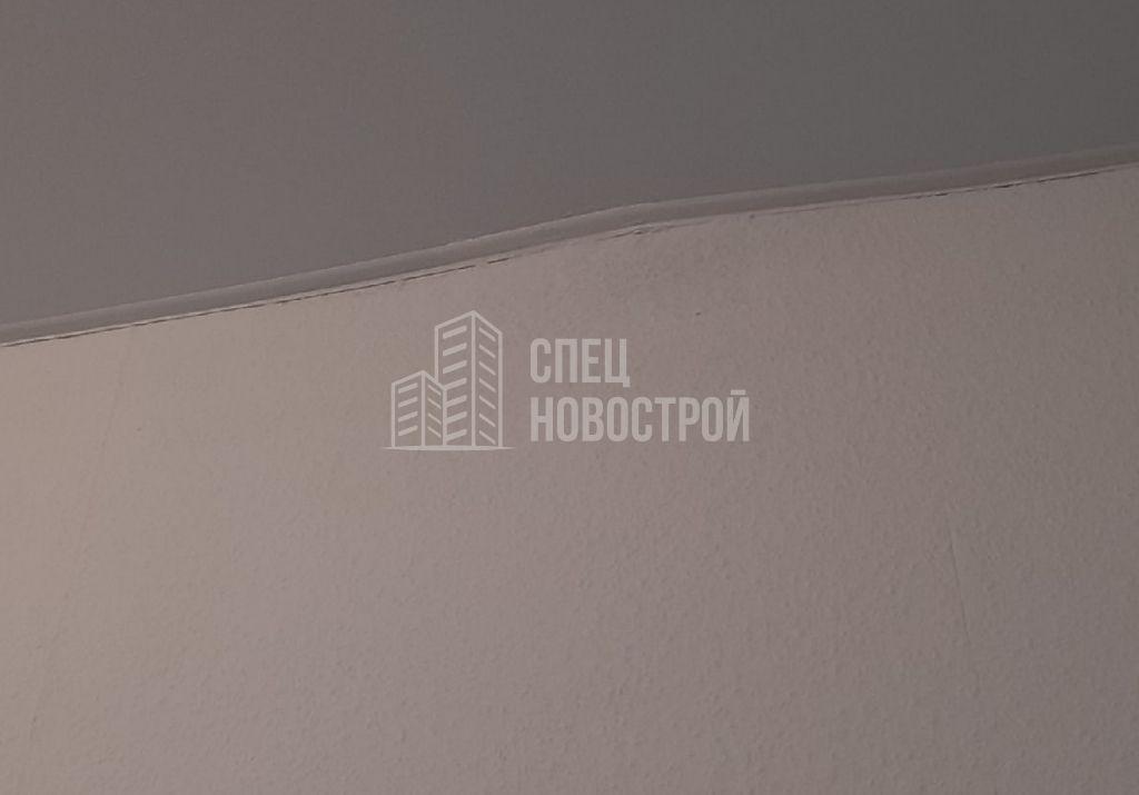 местные неровности на стене, маскировочная лента установлена волной