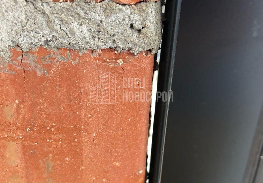 зазор между кирпичной кладкой стены и алюминиевым профилем витража остекления лоджии
