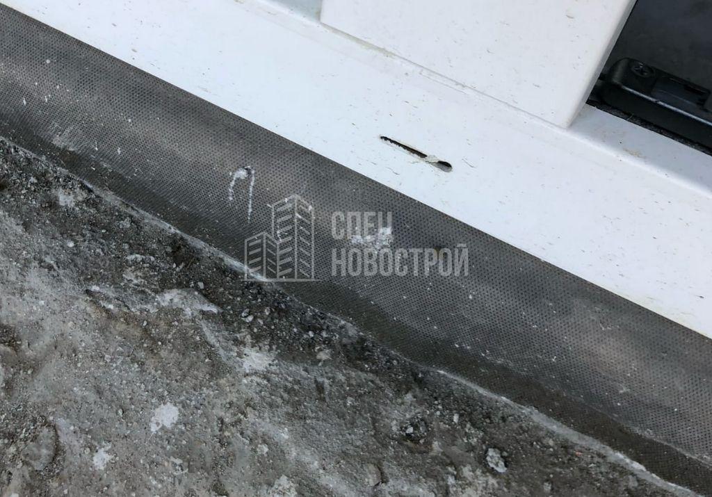 отсутствуют накладки дренажных отверстий балконного и всех оконных блоков