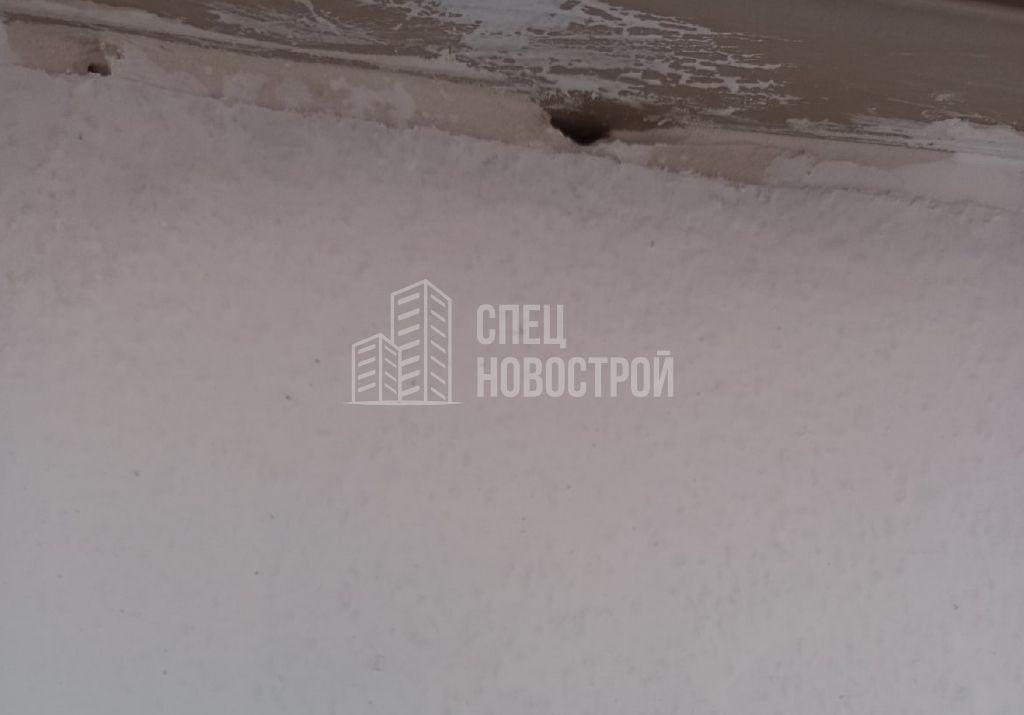 пропуски штукатурного покрытия под подоконником (не пропенено)