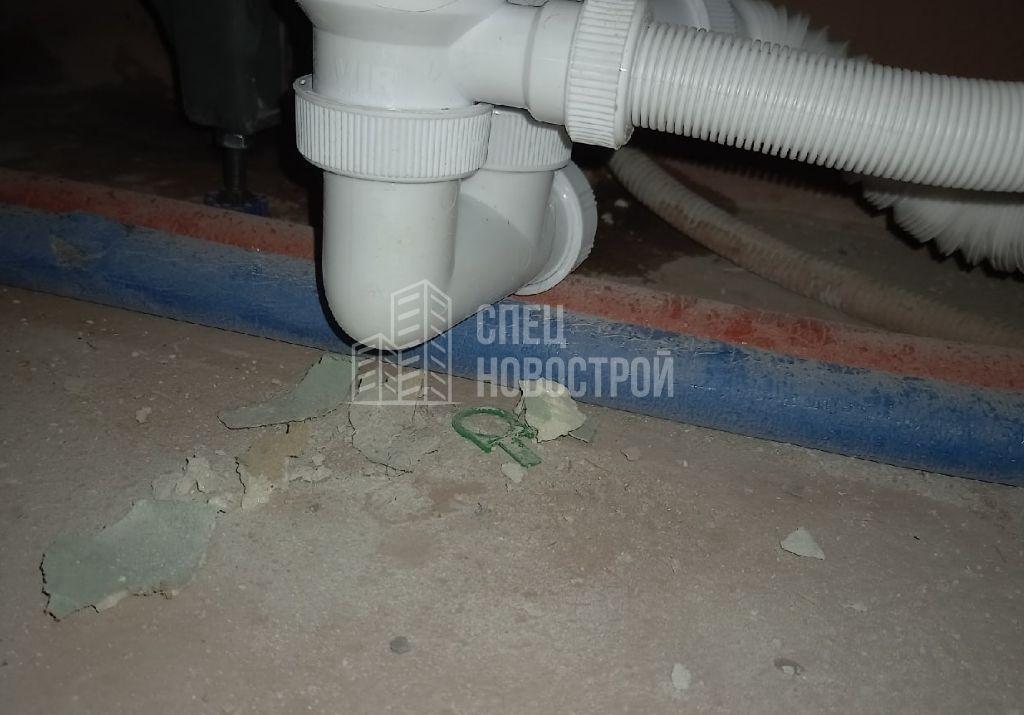 требуется герметизация ванны по периметру примыкания к плитке (протечка под ванной)