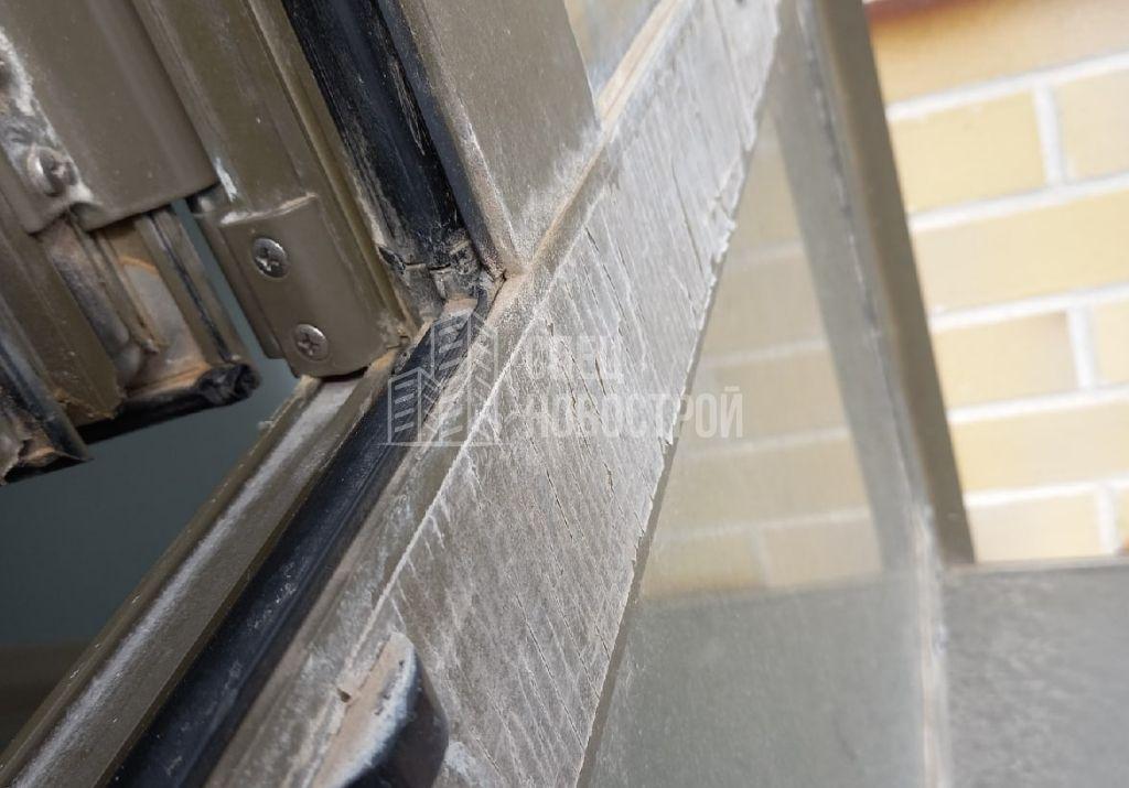 не удалена монтажная плёнка с профилей оконного блока (внешняя сторона)