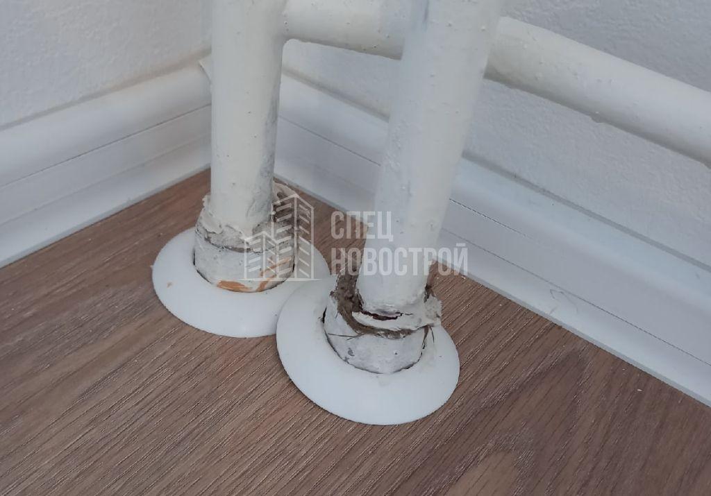не срезаны гильзы на стояках отопления (выше уровня ламината)