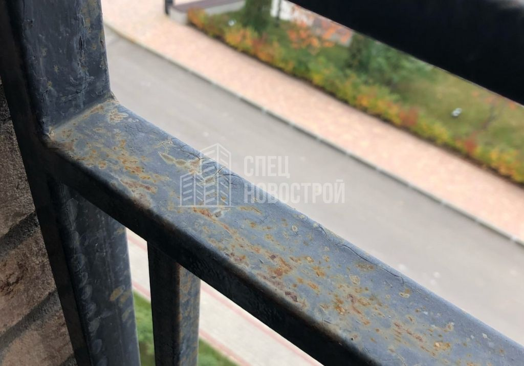 следы коррозии на ЛКП ограждения оконных блоков