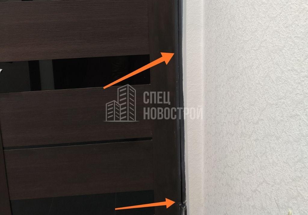 деформация короба входной двери (неравномерный зазор между дверным коробом и полотном)