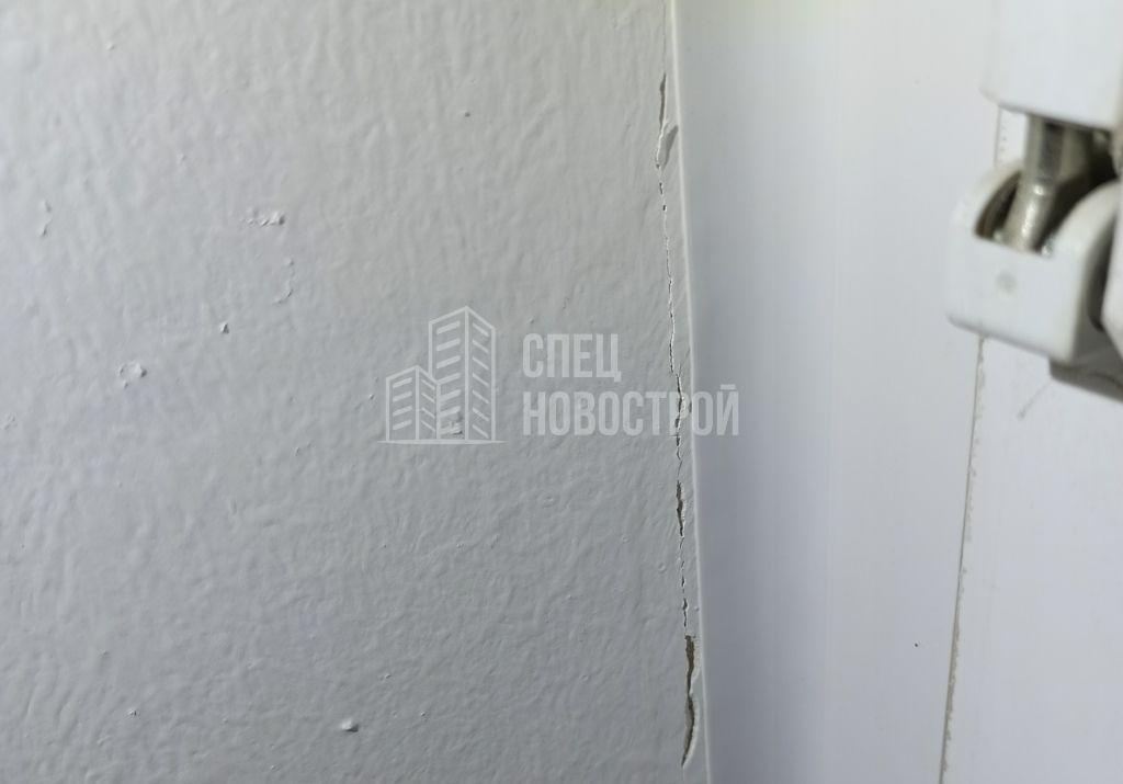 трещина на левом откосе окна в месте примыкания к нащельнику