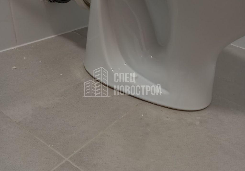 отсутствует герметизация унитаза по периметру примыкания к напольной плитке