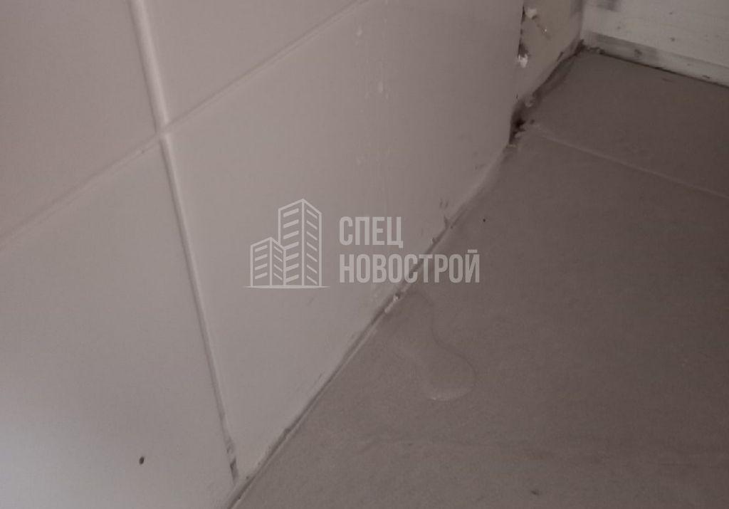 требуется герметизация ванны по периметру примыкания к плитке (протечка)