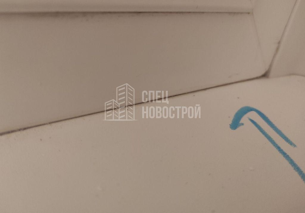 отсутствует герметик на примыкании подоконника к оконному блоку