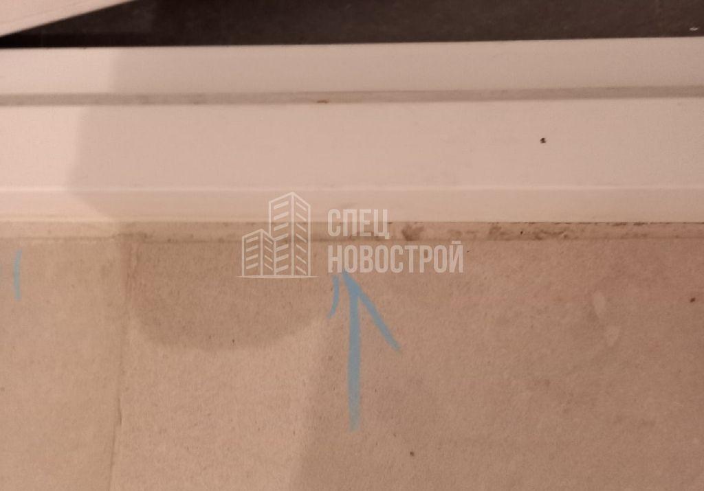 коротко подрезана напольная плитка возле порога входной двери