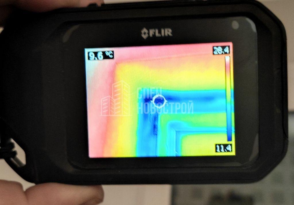 инфильтрация наружного воздуха из-под верхних петель створки и на примыкании нащельников к верхнему откосу