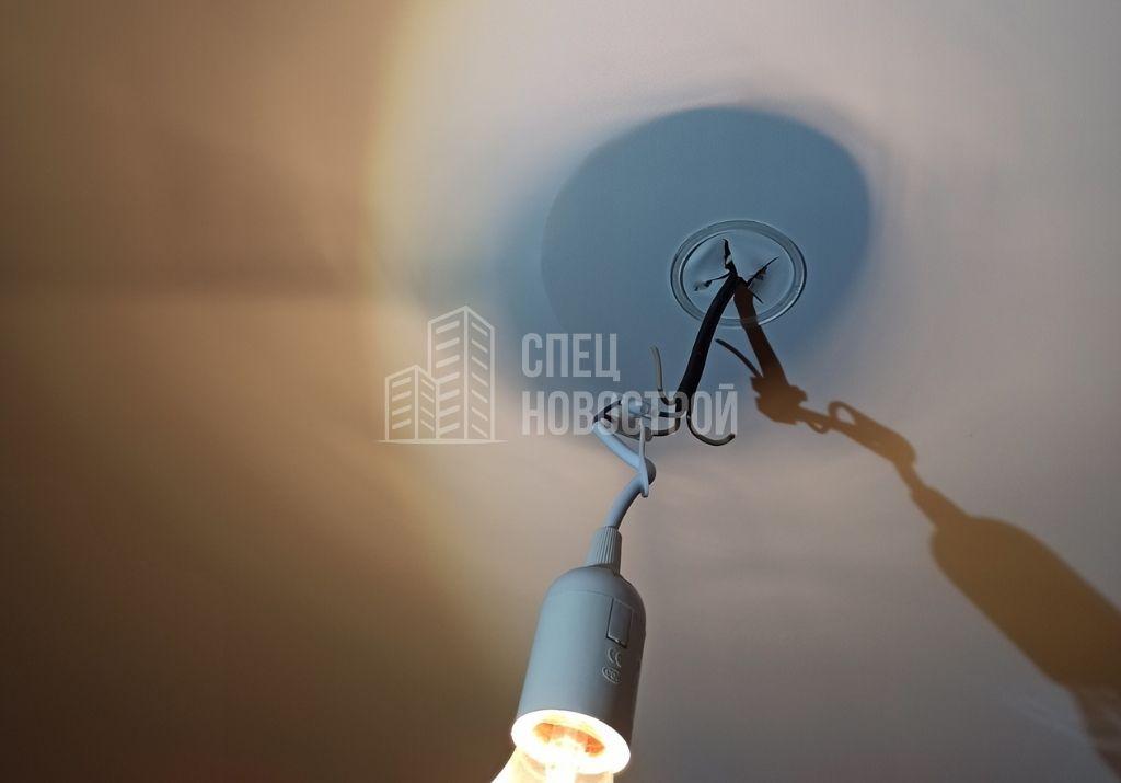 втягивание полотна натяжного потолка (видна закладная освещения)