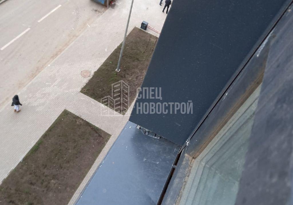 коротко подрезаны внешние откосы оконного блока
