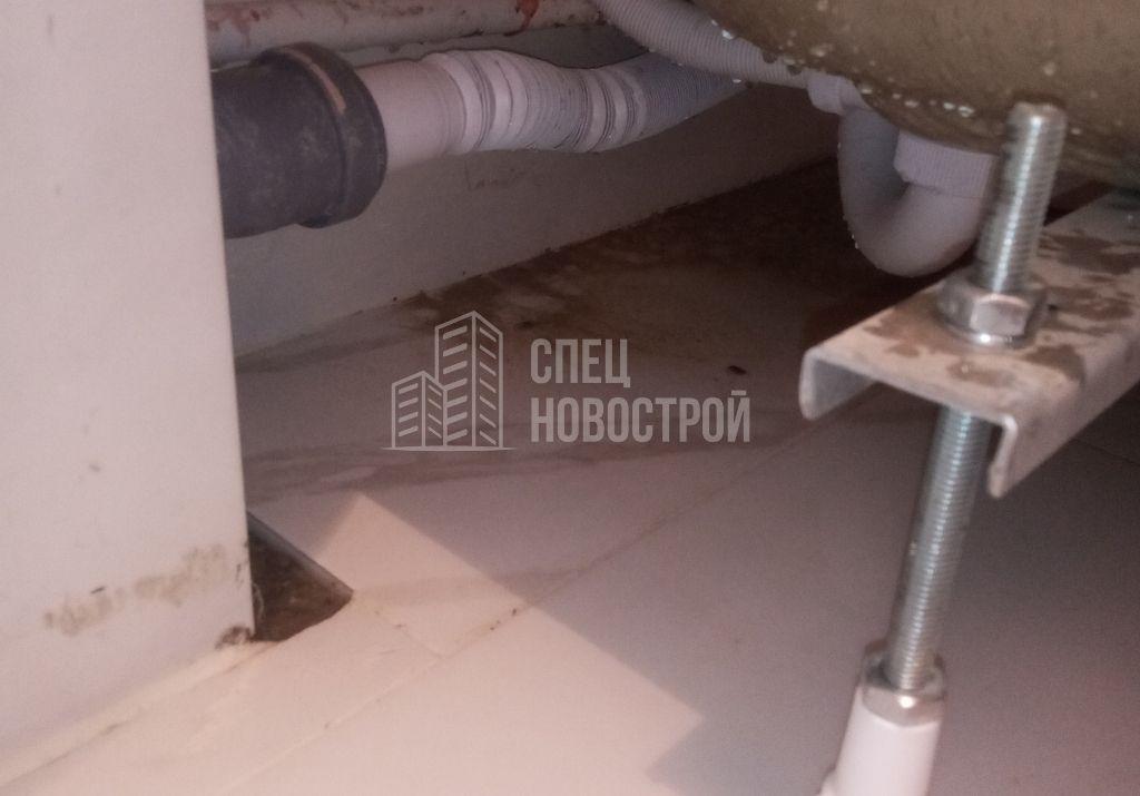 следы протечки под ванной, коротко подрезана напольная плитка