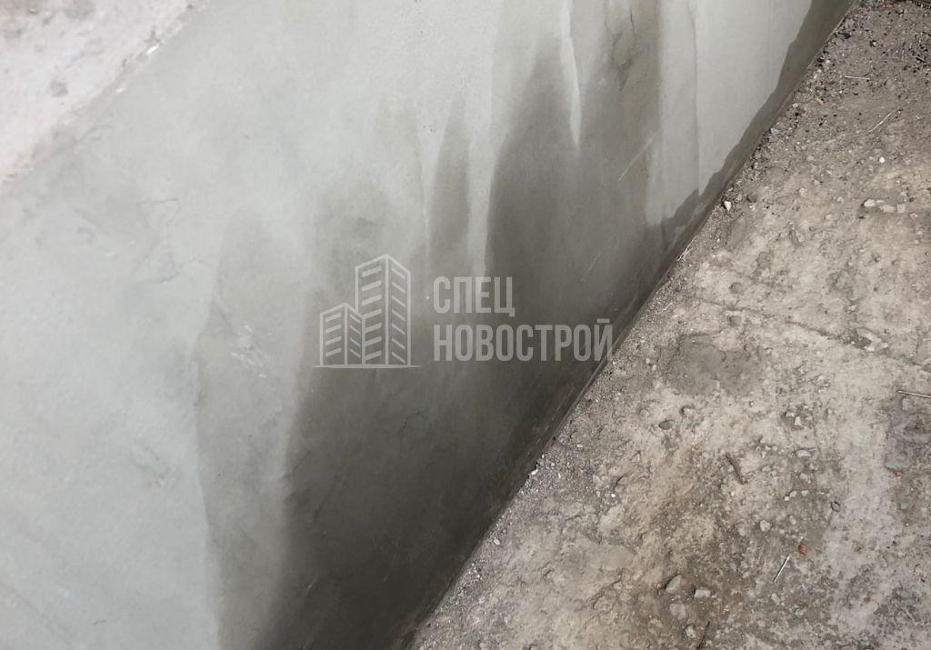 следы влаги на штукатурке стен лоджии