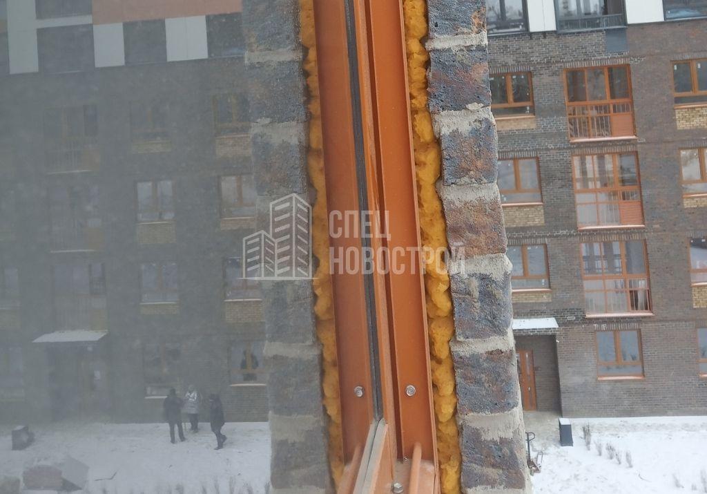 отсутствует герметизация между рамой витража остекления и фасадной стеной