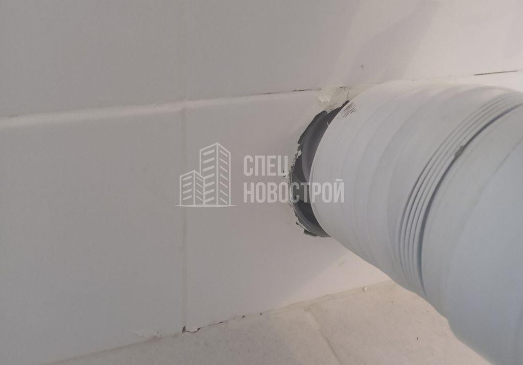отсутствует герметизация вывода канализационной трубы