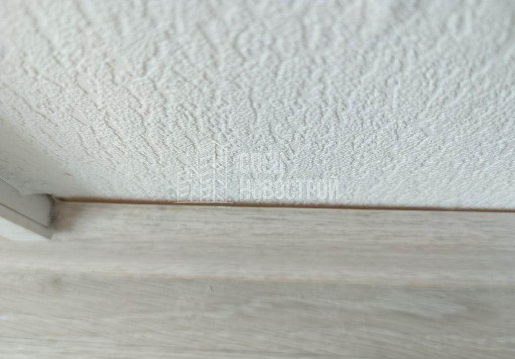 неплотное прилегание напольного плинтуса к стене