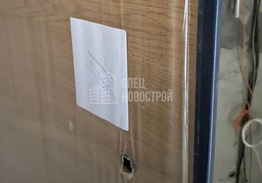 не установлены декоративная накладка верхнего замка и ночной замок на полотне входной двери