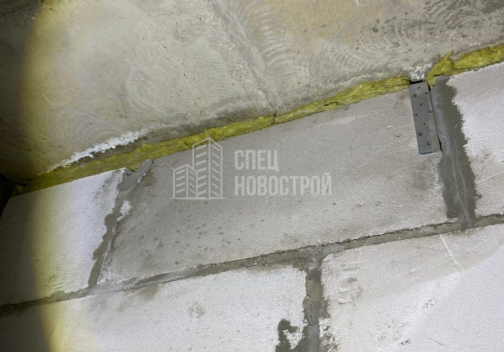 следы протечки на элементе газоблочной кладки стены санузла