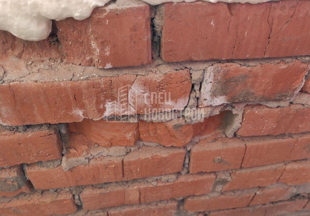 сколы в элементах кладки стены