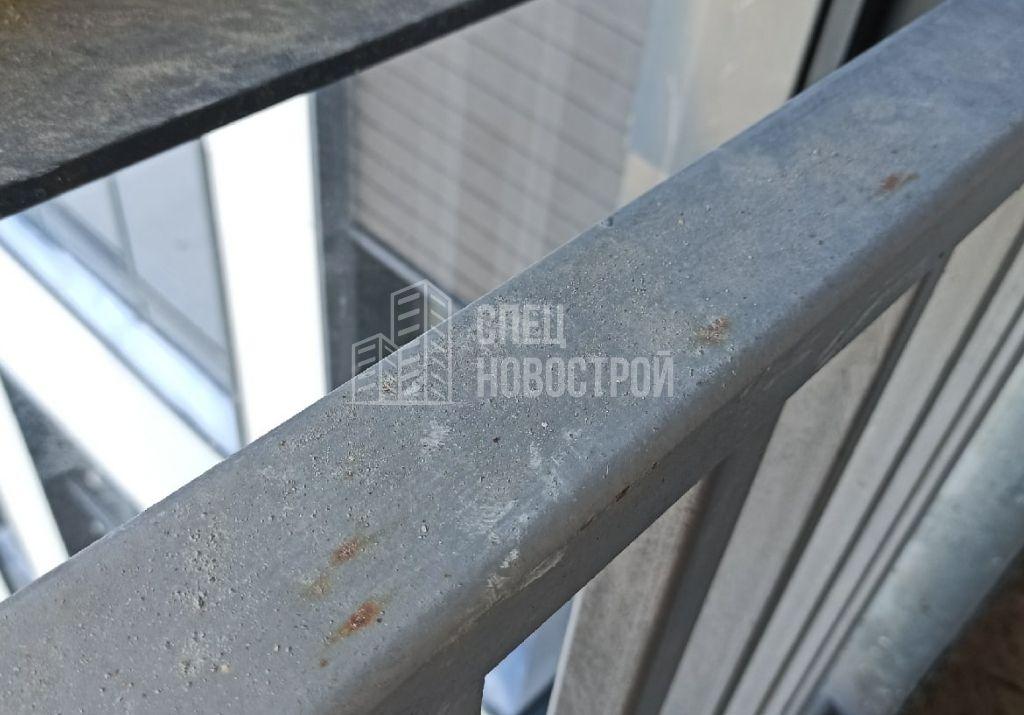 следы коррозии на ограждающей конструкции лоджии