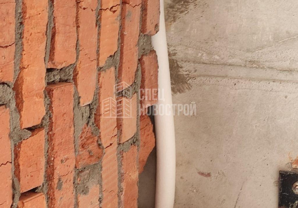отсутствует элемент кладки, зазор на примыкании кладки к плите перекрытия