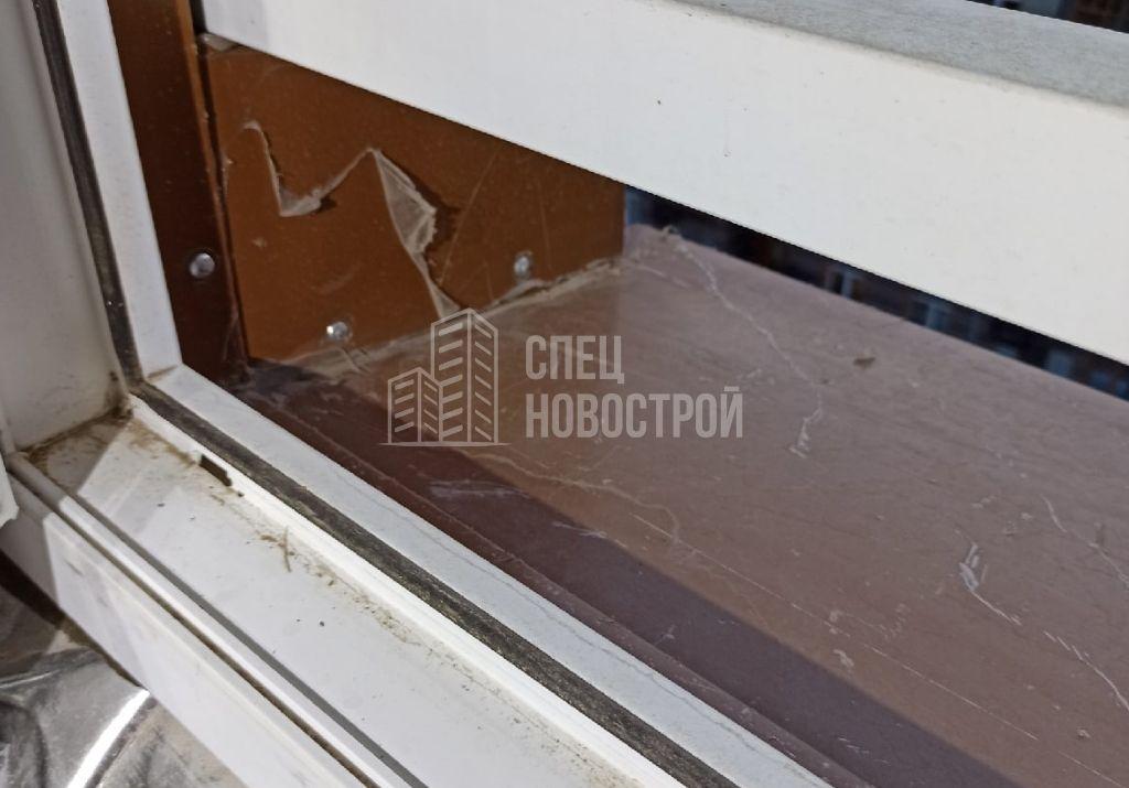 не удалена монтажная пленка с водоотлива и внешних откосов окна
