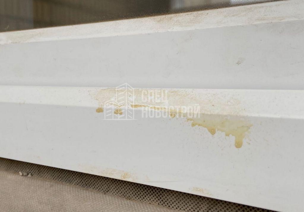 остатки монтажной пены на профиле рамы оконного блока с внешней стороны