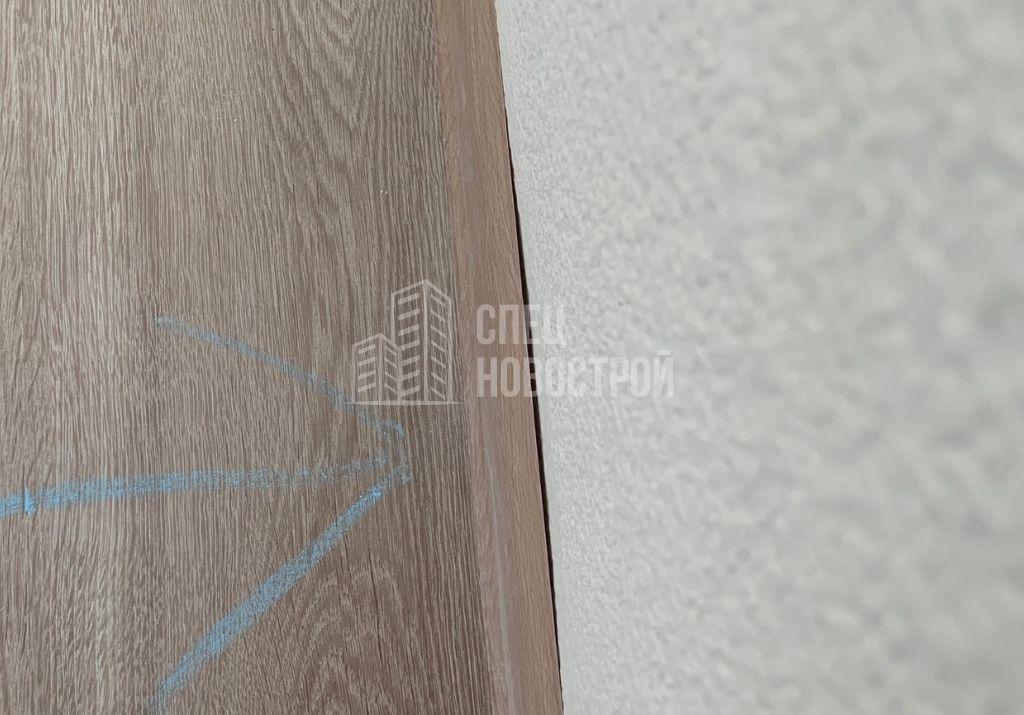 зазоры на примыкании напольного плинтуса к стенкам