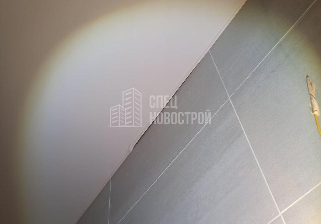 молдинг натяжного потолка установлен криво и частично не заправлен в паз