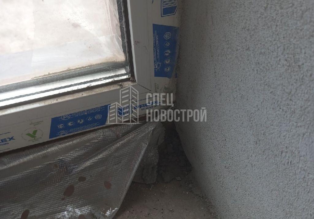 оторвана пароизоляционная лента по периметру оконного блока