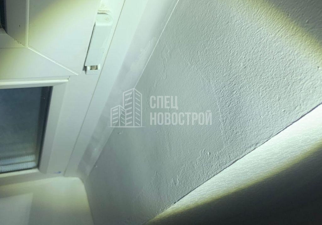 не отшлифована поверхность откосов оконного блока перед покраской