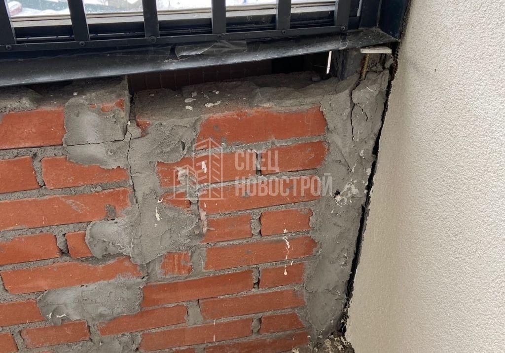 отсутствуют элементы кирпичной кладки фасадной стены лоджии