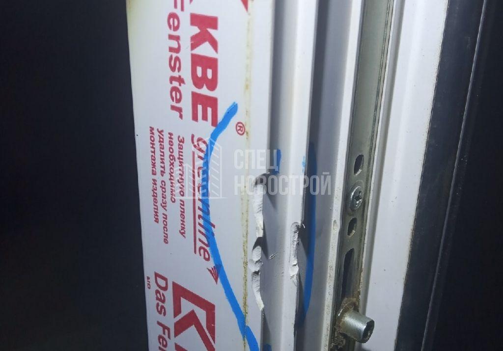 повреждения на профиле балконной двери в торцевой части