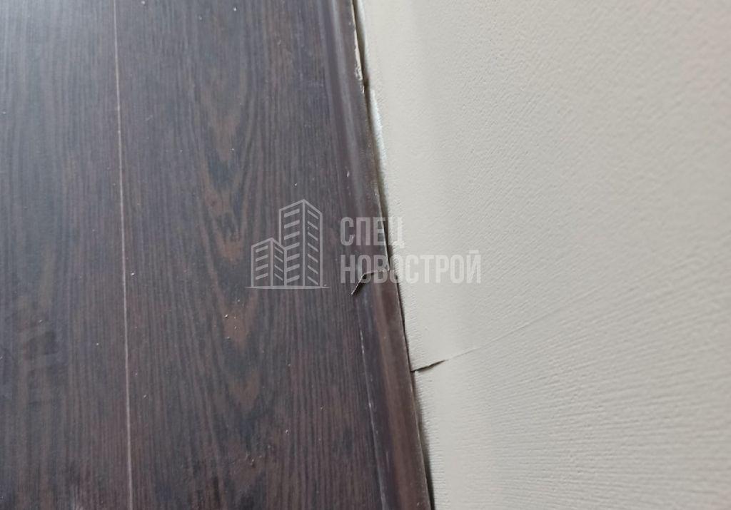 отслоение обойных полотен и плинтусов от стен