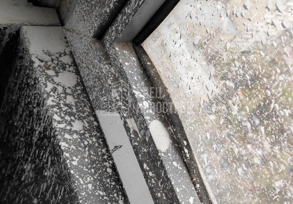 уплотнитель створки не заправлен в паз, следы строительного раствора на стекле и профиле витража остекления балкона
