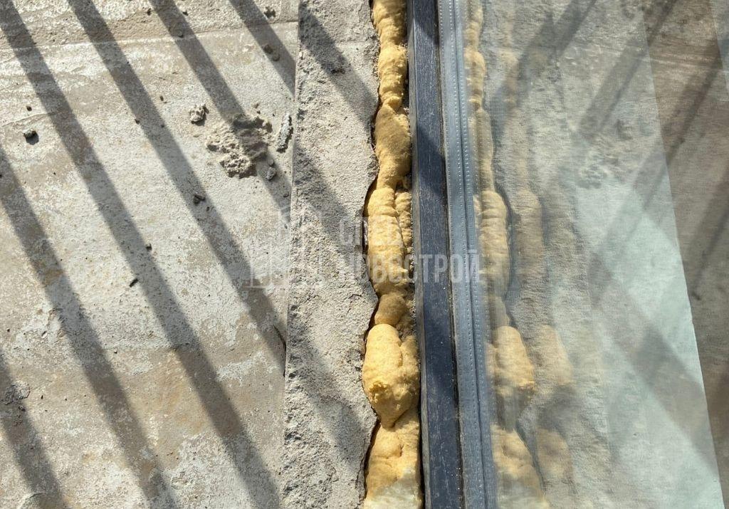 не срезаны выпуски монтажной пены, отсутствует гидроизоляция и пропуски строительного раствора в нижней четверти монтажного шва балконного блока с внешней стороны