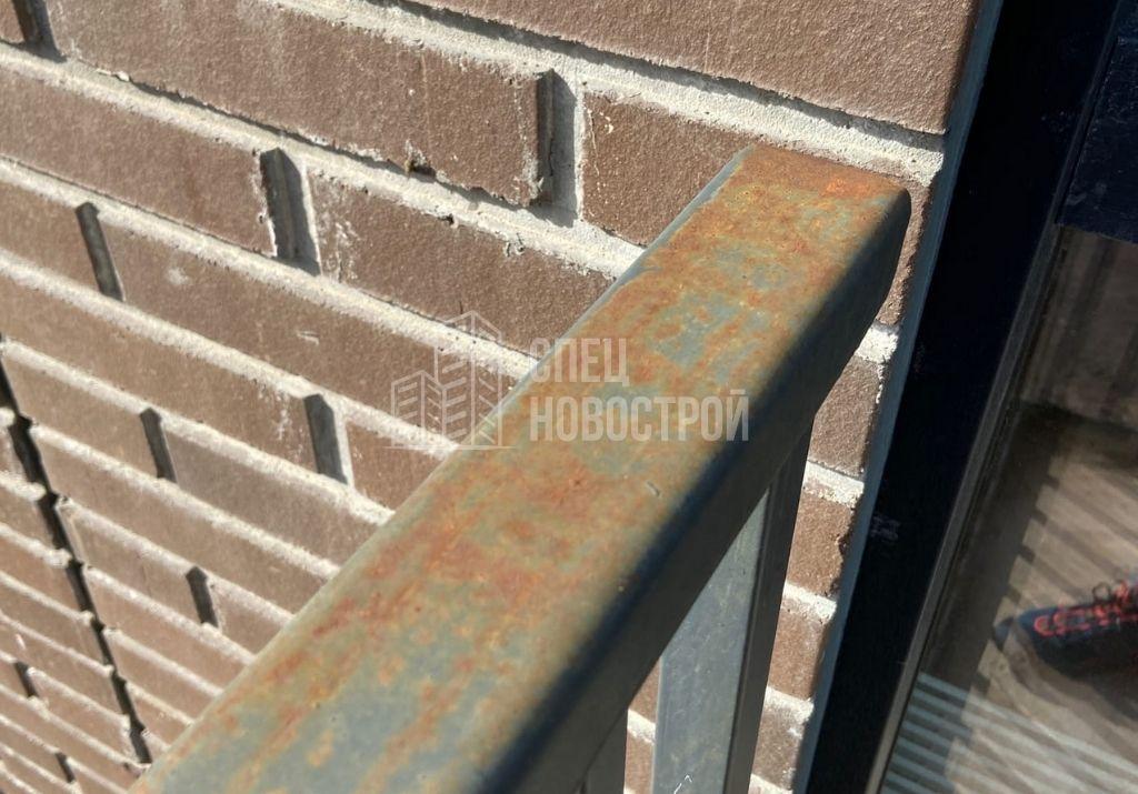 следы коррозии на ограждении балкона