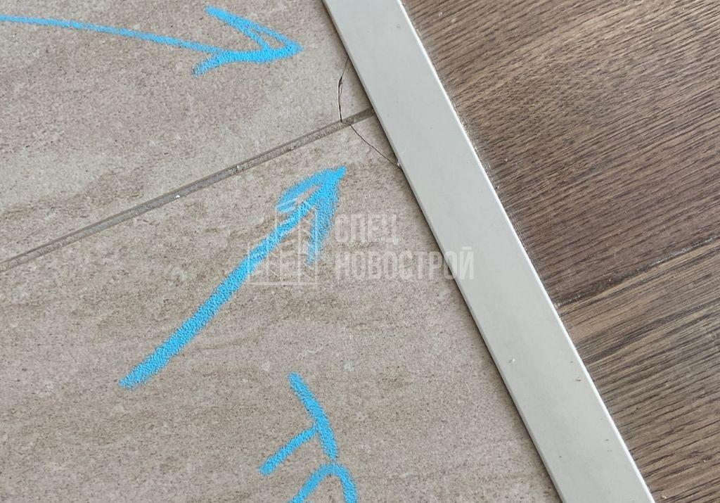 трещины на элементах напольной плитки кухонной зоны
