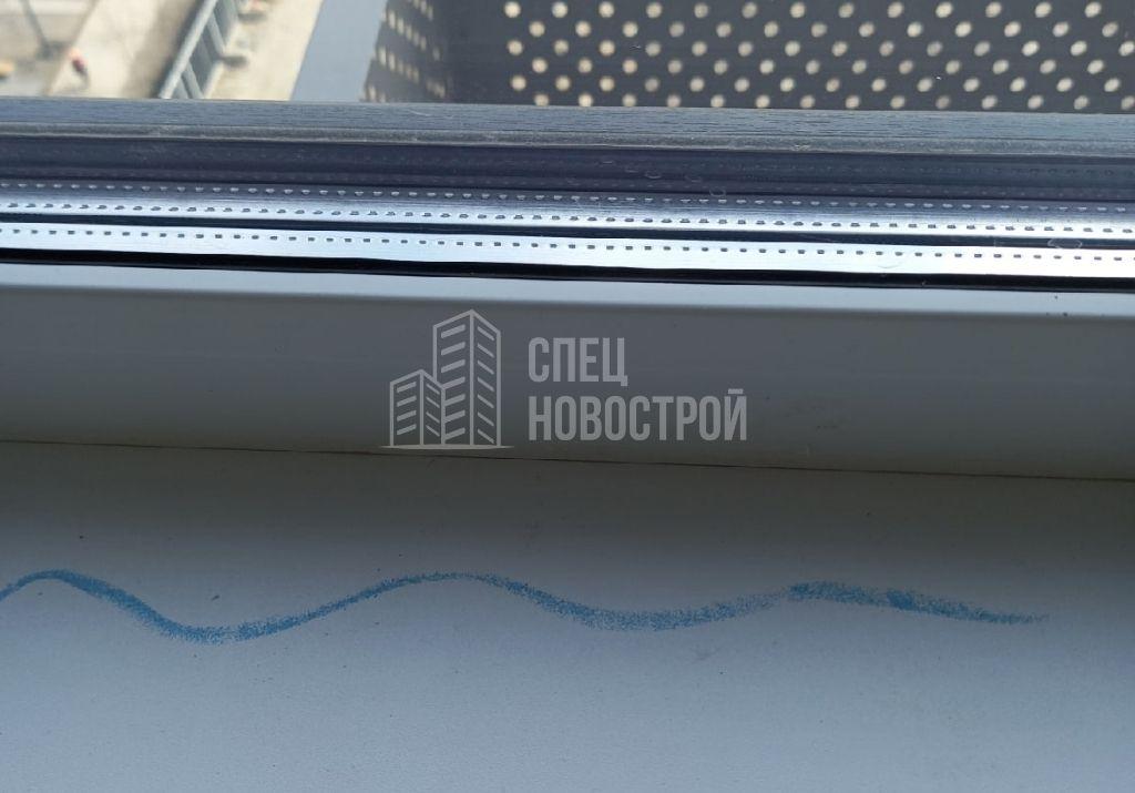 отсутствует герметик между подоконником и рамой оконного блока