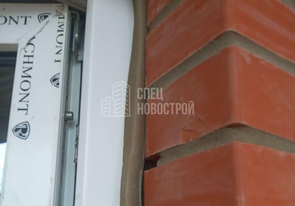 некорректно установлена лента, отсутствует герметизация между рамой и откосом