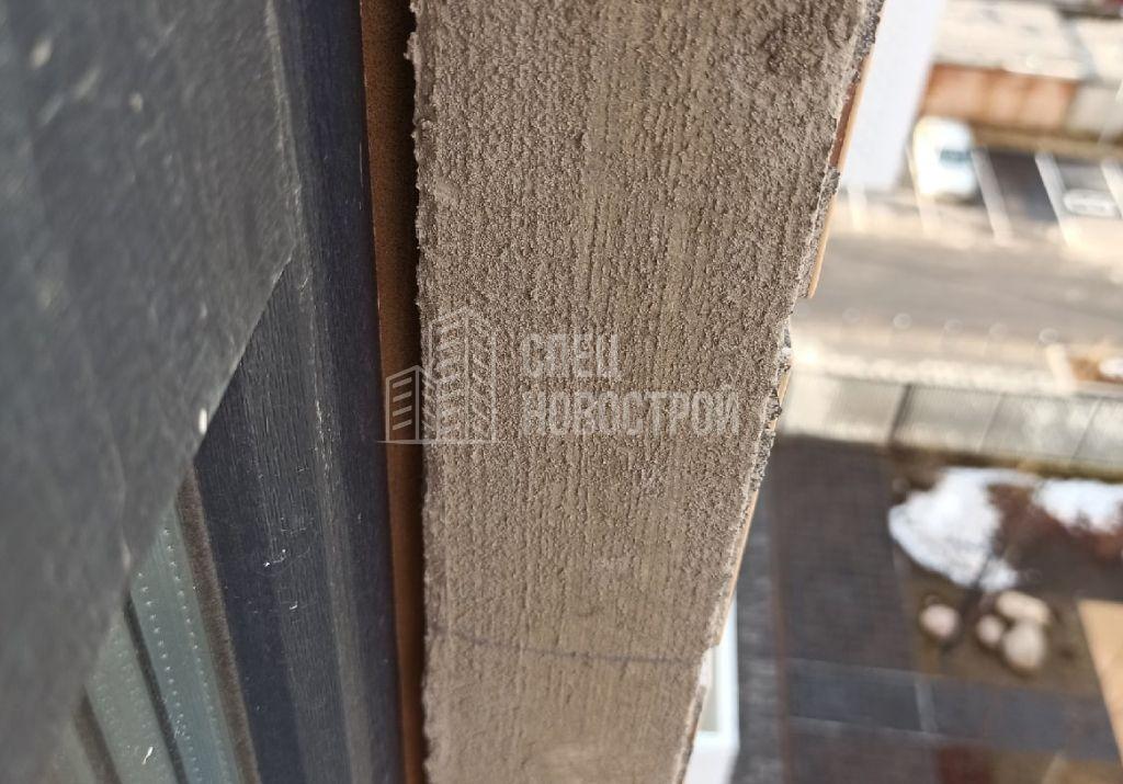 отсутствует герметик с внешней стороны в районе примыкания ПВХ профиля рамы к фасадной стене