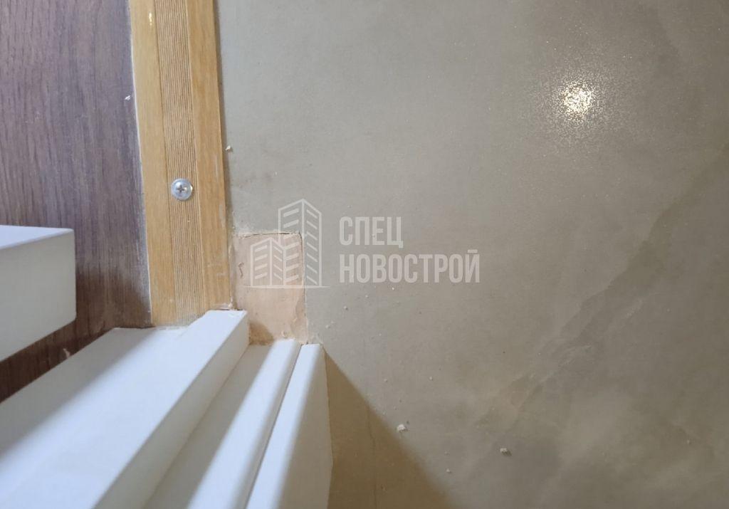 коротко подрезана напольная плитка на примыкании дверного короба (зазор заполнен затирочной смесью)