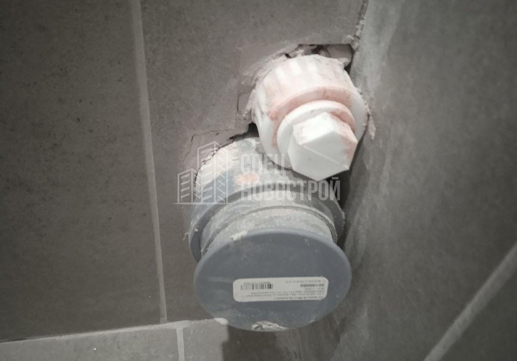 отсутствует герметизация по периметру примыкания выводов ХВС, канализации к настенной плитке